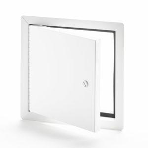 Panneau d'accès à usage universel isolé en aluminium avec cadre apparent, barillet opéré par tournevis, penture piano en aluminium